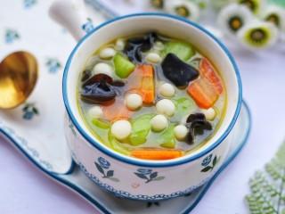 丝瓜木耳菌菇汤,无敌好喝的丝瓜木耳菌菇汤就做好啦。