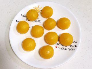 青花瓷冰皮月饼,奶黄馅均分成10份。