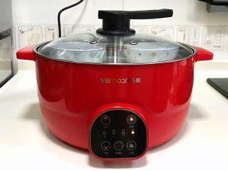 青花瓷冰皮月饼,水沸腾后继续蒸煮15分钟至熟,表面凝固即可。
