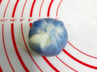 青花瓷冰皮月饼,利用虎口收紧。