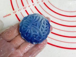 青花瓷冰皮月饼,按压出冰皮月饼的形状。