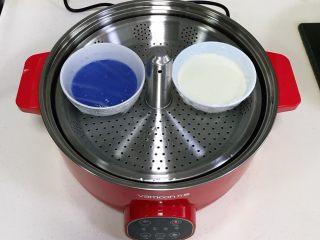 青花瓷冰皮月饼,盖上保鲜膜,用牙签扎几个孔洞,入万慕智能升降锅中。