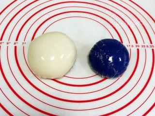 青花瓷冰皮月饼,蒸好的冰皮稍放凉后揉匀成团,包好保鲜膜入冰箱冷藏30分钟。