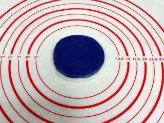 青花瓷冰皮月饼,各取一个小团子擀成圆皮,重叠在一起。