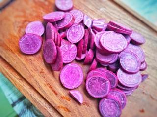 奶香紫薯糯米球,紫薯切厚薄一点的片。