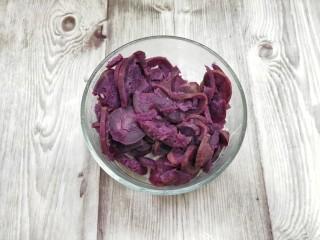 奶香紫薯糯米球,蒸好的紫薯放入大碗中