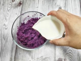 奶香紫薯糯米球,紫薯分成两份,一份加适量的淀粉揉成面条。