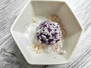 奶香紫薯糯米球,揉成团的紫薯在泡好的糯米里滚一圈,让全身都沾上糯米粒。