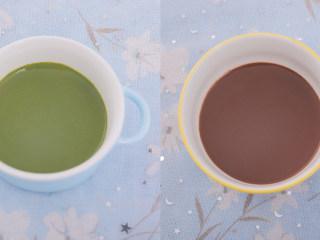 3款像云朵般柔软的瑞士卷,每一口都让人沦陷!,重复原味的前四个步骤,然后拿两个碗分别倒入10g抹茶粉,10g可可粉,各倒50g热牛奶搅匀。(用滤网过滤后面糊会更细腻哦~