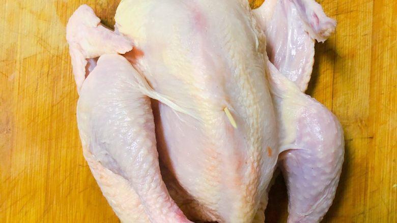 电饭锅盐焗鸡,用牙签在鸡肉厚不容易入味的地方扎一下