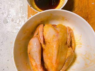 电饭锅盐焗鸡,把鸡身抹上一半调制好的酱汁,留一半备用