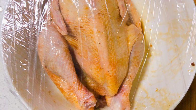 电饭锅盐焗鸡,包上保鲜膜放入冰箱冷藏1小时