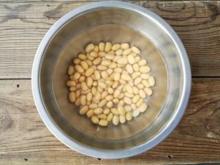 黄豆焖猪蹄,黄豆提前洗净,浸泡半天以上。