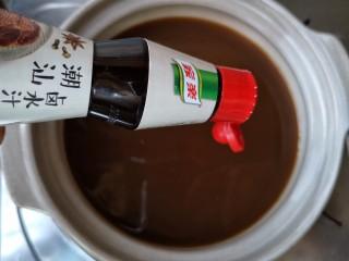 黄豆焖猪蹄,将一瓶家乐潮汕卤水汁与900毫升(约4小碗)水调匀,煮开即成卤水底。家乐潮汕卤水汁并不是简单的开水加酱油,而是先用大量老鸡、猪腿、香菇、干贝等原料熬制一锅高汤,再往这锅高汤中加入桂皮、八角、肉桂等十多种天然香料精心烹制而成。 只有用高汤制成的卤汁才能最大程度地发挥出各种香料的香气。