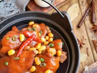 黄豆焖猪蹄,焦糖色的猪蹄微微渗出肉汁,光是看到这个就令人垂涎三尺。