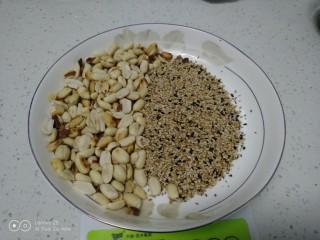 红薯、糯米、豆沙、花生、芝麻饼,熟花生、芝麻准备好。