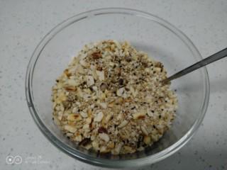 红薯、糯米、豆沙、花生、芝麻饼,把熟花生、芝麻放入操作台上用擀面杖擀碎,放入碗中。
