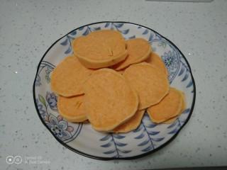 红薯、糯米、豆沙、花生、芝麻饼,红薯去皮切片。