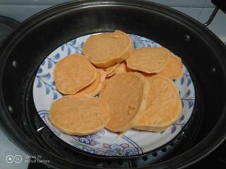 红薯、糯米、豆沙、花生、芝麻饼,放入蒸锅中。