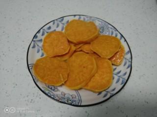 红薯、糯米、豆沙、花生、芝麻饼,取出。