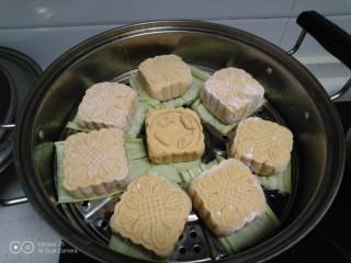 红薯、糯米、豆沙、花生、芝麻饼,剩下的垫上玉米叶放入锅中,这样还会有玉米叶的清香味。