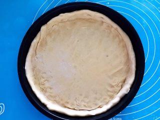 芝士榴莲饼,把饼坯放入烤盘里,整理一下,饼坯要底厚边薄