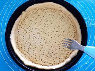 芝士榴莲饼,用叉子在饼坯上面扎上小孔,这样可以避免饼坯在烤制的时候鼓包
