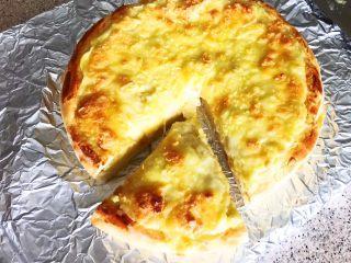 芝士榴莲饼,实在等不急了,把芝士榴莲饼切开就吃…