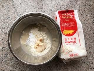 桃花酥,将水油皮原料混合在一起。放入厨师机或者手揉成光滑的面团。