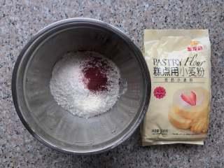 桃花酥,将油酥部分的原料在一起。