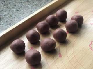 桃花酥,松弛好的油皮平均分成16份,滚圆。盖保鲜膜。油酥部分平均分成16份,盖上保鲜膜松弛20分钟。