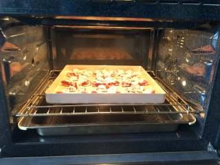 桃花酥,烤箱上下火180度预热,把桃花酥放到预热好的烤箱中层。