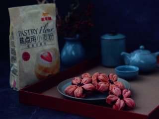 桃花酥,烤好的桃花酥放到晾网上晾一下。