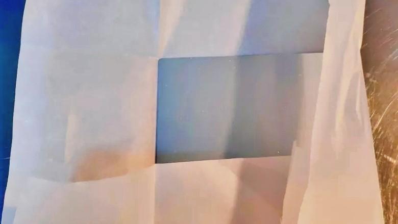 抹茶生巧,用油纸沿着模具底部折叠