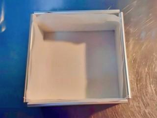 抹茶生巧,将裁好形状的油纸铺在模具中