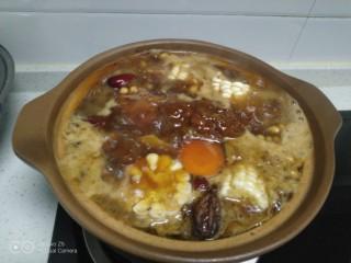 猪蹄汤炖上海青,猪蹄、配菜放入锅中,加入自己喜欢的调料,大火煮开转小火炖1小时。