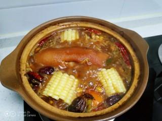 猪蹄汤炖上海青,猪蹄翻面再炖30分钟。