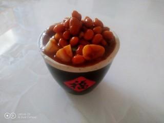 猪蹄汤炖上海青,黄豆、花生捞入小岗中。
