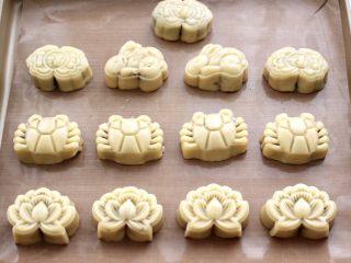 玫瑰花干果饼,依次把所有的饼胚都做好,我做了好几种花色,为的是节日图个喜庆气氛。