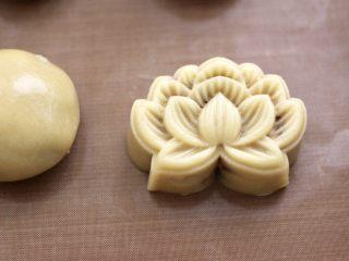 玫瑰花干果饼,用手摁平模具的表面,就可以压出漂亮的花纹咯。