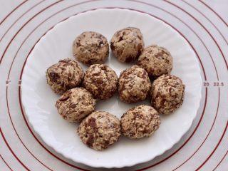 玫瑰花干果饼,把搅拌均匀的馅料分成大小一致的小圆球备用,我一个小圆球是33克。