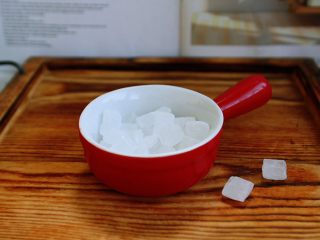 川北炖雪梨,冰糖8g~10g备用。 冰糖的量依个人口味适量增减。