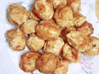 土豆虾球(天妇罗土豆虾球),将虾球放在吸油纸上,吸去多余的油。