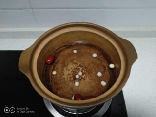 猕猴桃银耳羹,锅中放入适量清水,放入莲子、红枣。
