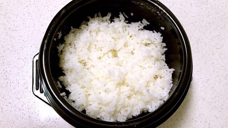 韩式石锅拌饭,加入热米饭