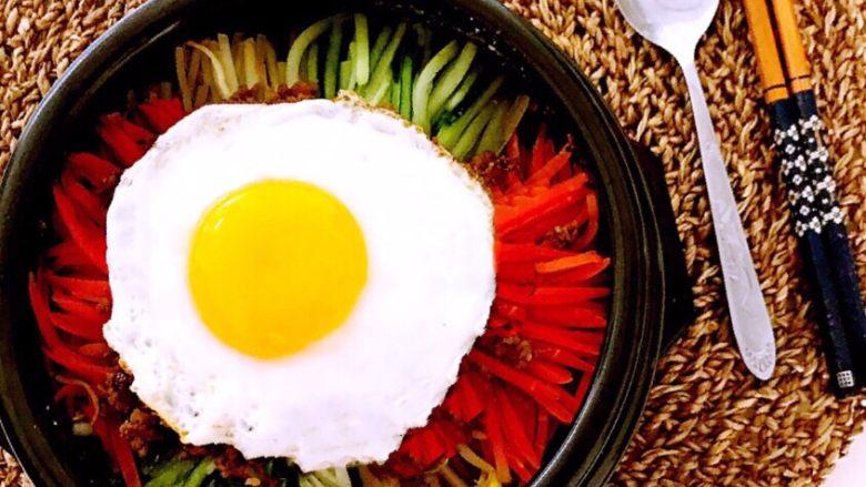韩式石锅拌饭,吃的时候搅拌均匀即可,韩式石锅拌饭有菜有饭,香辣适宜,颜值爆表,好吃又好做~