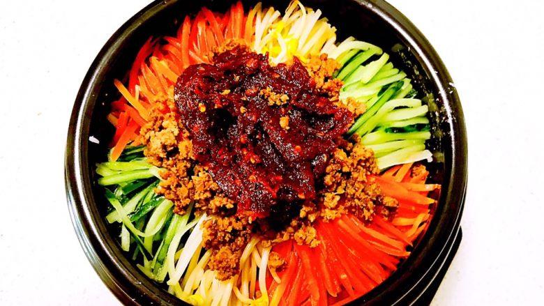 韩式石锅拌饭,把辣酱放在米饭蔬菜上面