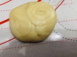 酥到掉渣的豆沙蛋黄酥,你要来一个吗?,拿一个面团,按压中间,向中间压扁,擀开。