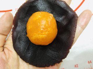 酥到掉渣的豆沙蛋黄酥,你要来一个吗?,豆沙馅压开包住鸭蛋黄。