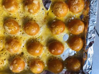 酥到掉渣的豆沙蛋黄酥,你要来一个吗?,烤好的鸭蛋黄放凉待用。